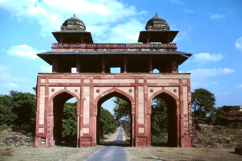 Fatehpur Sikri – Triple-arched gateway – (Charhar Sux)
